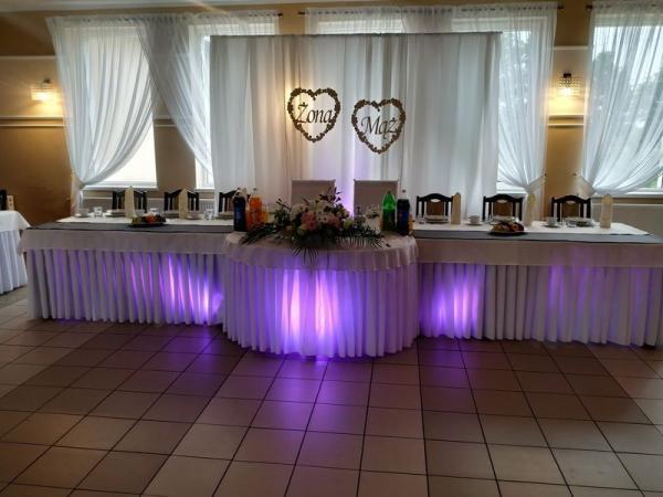 Stół podświetlony światłami nakolor fioletowy