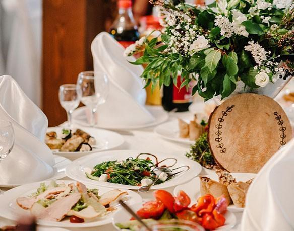 Stół zposiłkami weselnymi 1