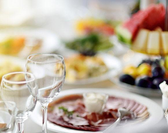 Stół zposiłkami weselnymi 2