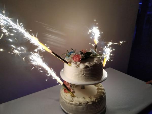 Przyozdobiony świecami tort dwupoziomowy