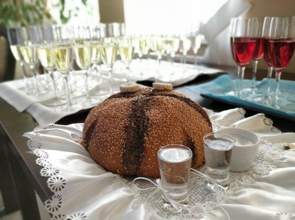 Chleb zdwoma kieliszkami wódki