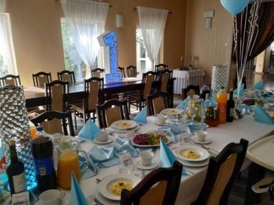 Stół zposiłkami 5