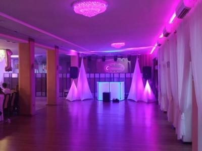 Oświetlona nafioletowo sala