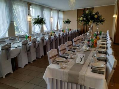 Stół zposiłkami 16