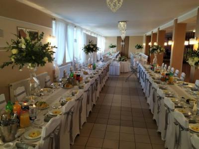 Stół zposiłkami 24