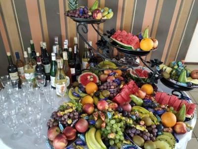 Stół zowocami ialkoholem