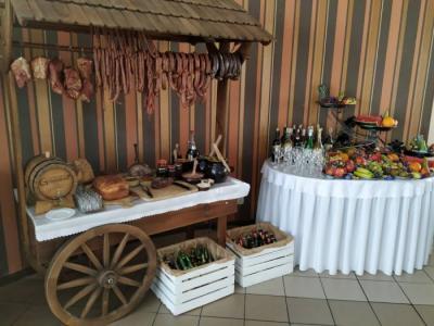 Wiejski stół wformie drewnianej naczepy