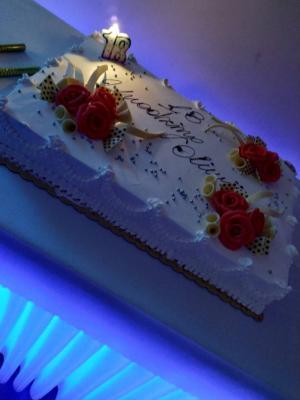 Weselny tort nastole podświetlonym naniebiesko