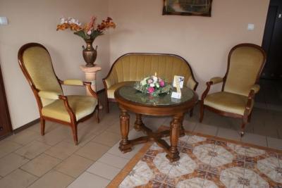 Fotele ze stołem wrogu pomieszczenia 2